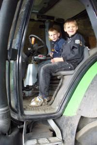 Børnene elsker at sidde på traktor
